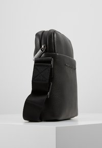 Porsche Design - CERVO 2.1 SHOULDERBAG - Umhängetasche - black - 4