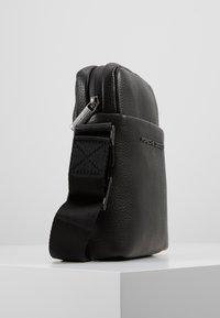 Porsche Design - CERVO 2.1 SHOULDERBAG - Skuldertasker - black - 4