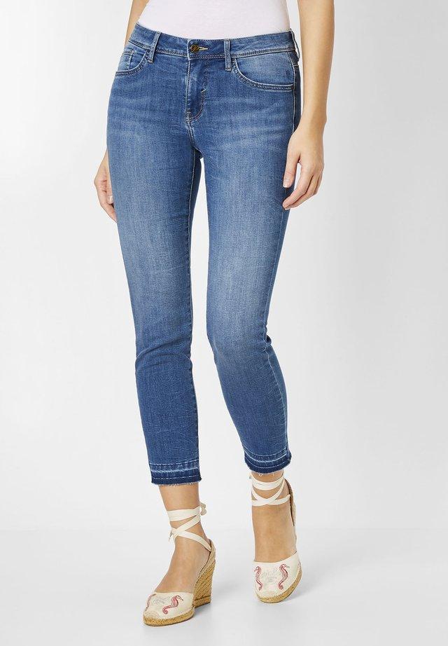 MIT AUFGETRENNTEM SAUMEN - Slim fit jeans - mid blue stone washed