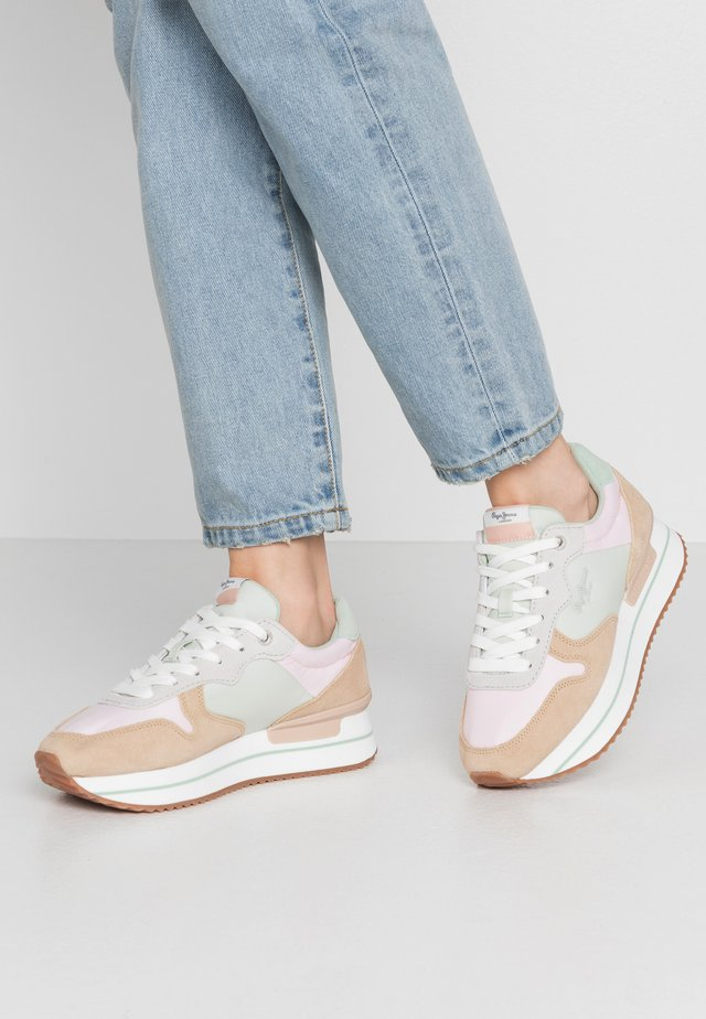 RUSPER YOUNG - Zapatillas - sand