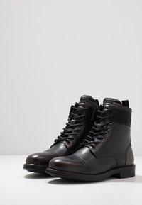 Pepe Jeans - TOM CUT BOOT - Šněrovací kotníkové boty - factory black - 2
