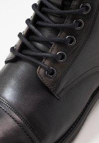 Pepe Jeans - TOM CUT BOOT - Šněrovací kotníkové boty - factory black - 5