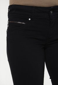 Pepe Jeans - NEW BROOKE - Jeans slim fit - black - 3