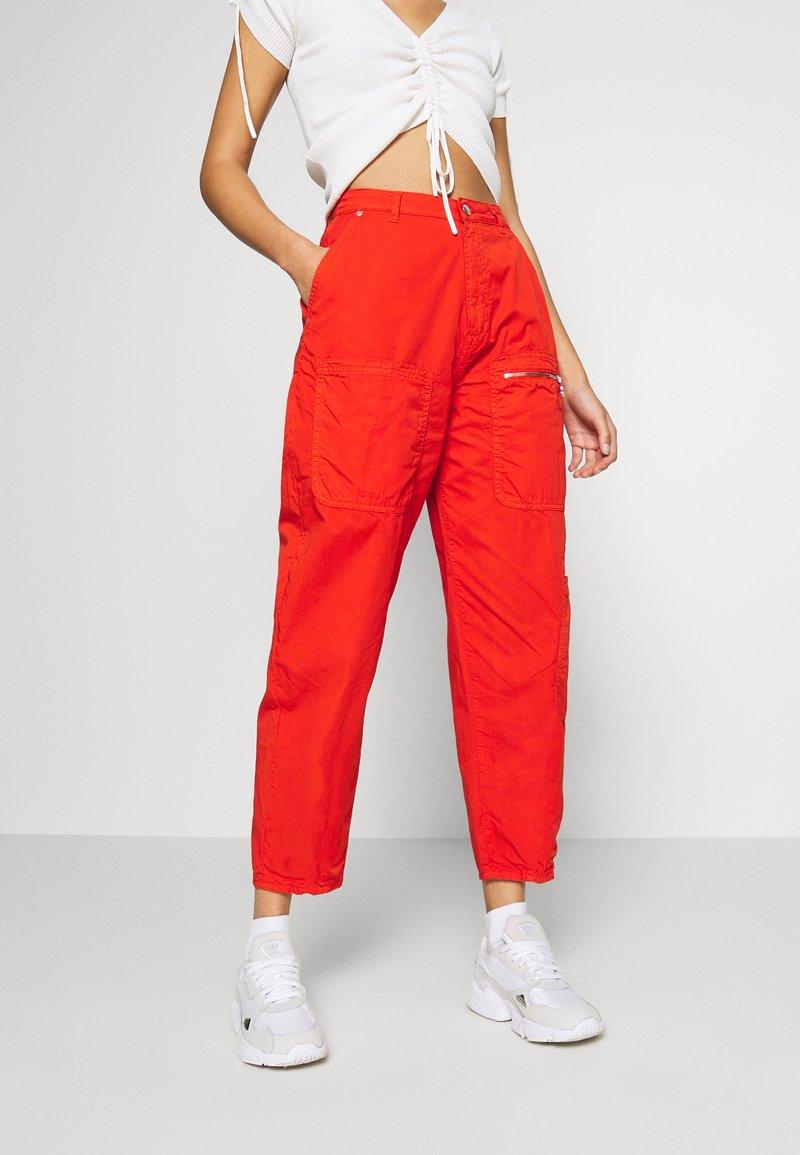 Pepe Jeans - DUA LIPA x PEPE JEANS - Spodnie materiałowe - bright orange