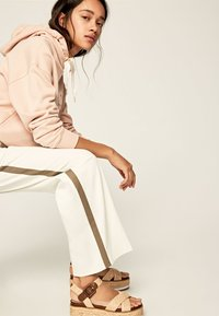 Pepe Jeans - ZAIDA - Trousers - off-white - 3