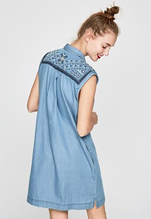 DORA - Jeansklänning - azul
