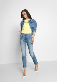 Pepe Jeans - DAISY - Triko spotiskem - lemon - 1