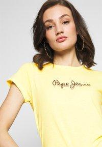 Pepe Jeans - DAISY - Triko spotiskem - lemon - 4