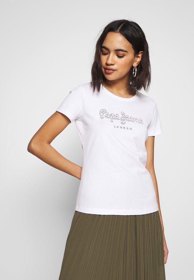 BEATRICE - T-shirt z nadrukiem - optic white