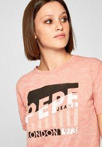 Pepe Jeans - CAMEO - Print T-shirt - ash rose - 3