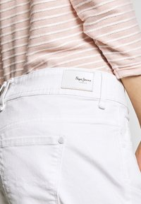 Pepe Jeans - SIOUXIE - Jeansshort - white denim - 4