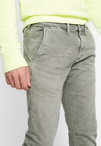 Pepe Jeans - JAMES - Jeansy Slim Fit - army - 3
