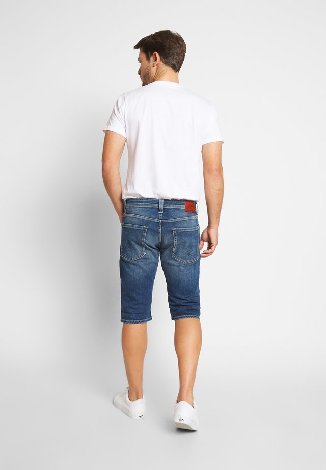 CASH SHORT - Shorts vaqueros - dark-blue denim