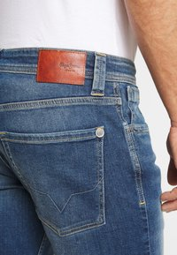 Pepe Jeans - CASH SHORT - Szorty jeansowe - dark-blue denim - 5