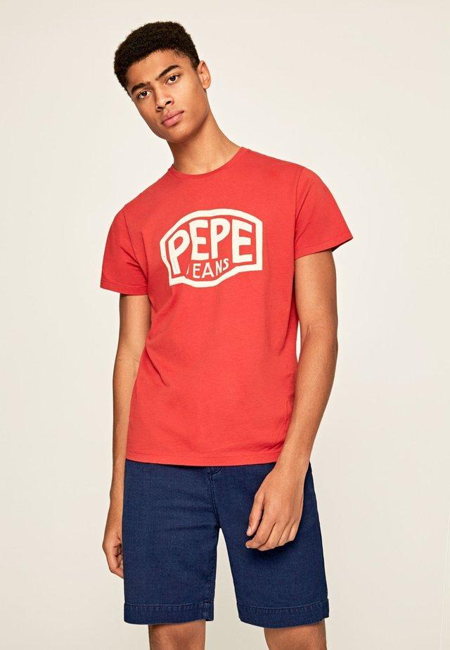 EARNEST - Camiseta estampada - ziegelrot