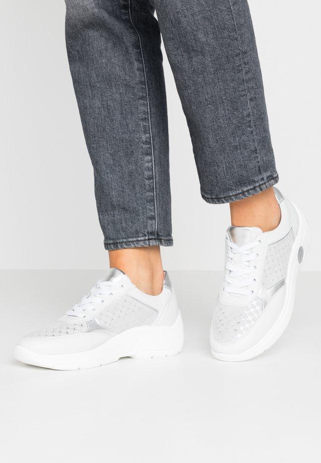 VIANA - Sneakers basse - weiß/silber/samoa corfu