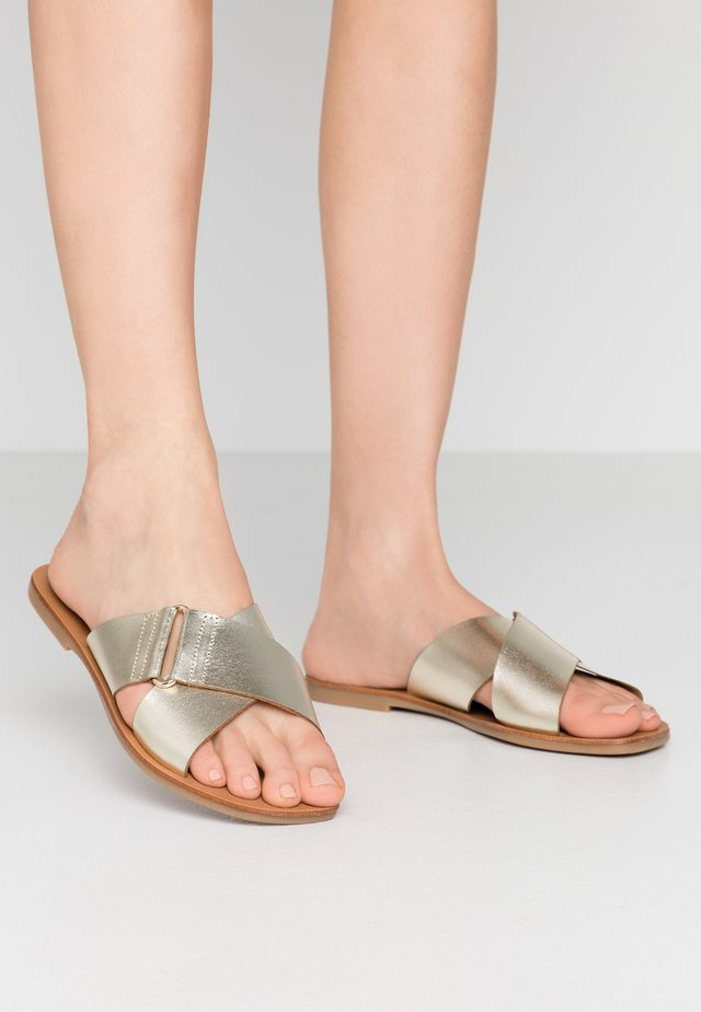 PSNEA  - Slippers - gold