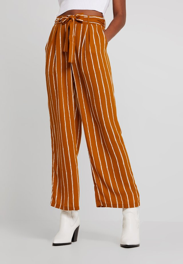PCTERESE WIDE PANTS - Broek - inca gold/bright white