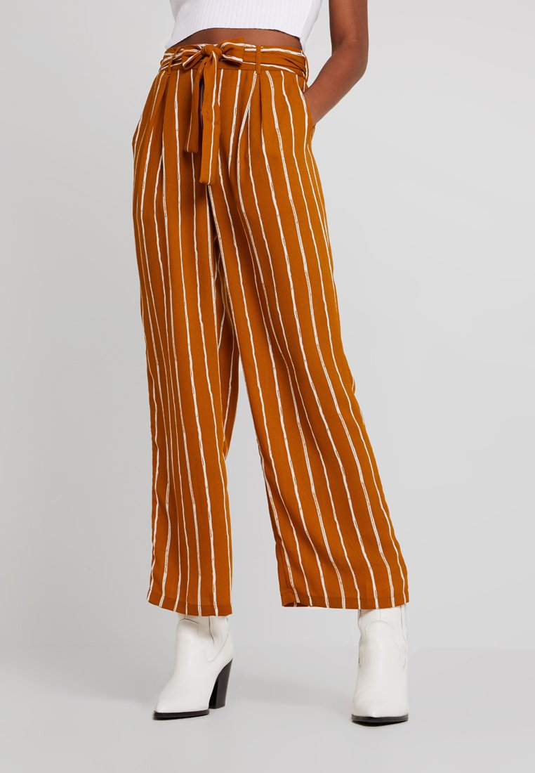 Pieces - PCTERESE WIDE PANTS - Stoffhose - inca gold/bright white