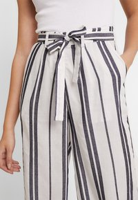 Pieces - PCCELLY CULOTTE PANT - Kalhoty - bright white - 4