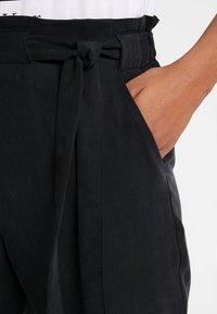 Pieces - PCBIRSEN  ANKLE PANTS - Pantaloni - black - 5