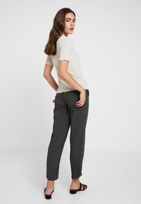 Pieces - PCHILARY CROPPED PANT - Kalhoty - black - 3