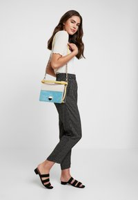 Pieces - PCHILARY CROPPED PANT - Kalhoty - black - 1
