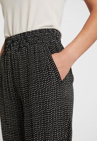 Pieces - PCHILARY CROPPED PANT - Kalhoty - black - 5