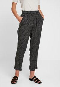 Pieces - PCHILARY CROPPED PANT - Kalhoty - black - 0