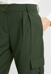 Pieces - PCHICA CROPPED PANTS - Broek - forest night - 2