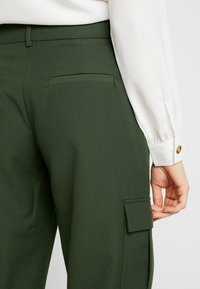 Pieces - PCHICA CROPPED PANTS - Broek - forest night - 4
