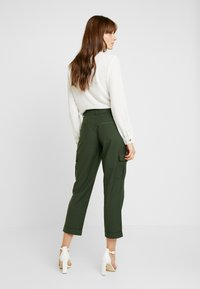 Pieces - PCHICA CROPPED PANTS - Broek - forest night - 1