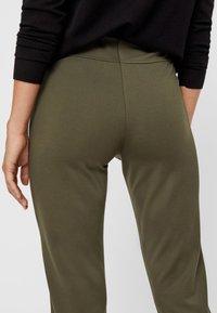 Pieces - PCKLARA MW SLIM PANT BF - Spodnie materiałowe - olive - 4