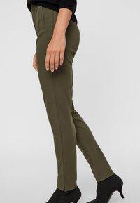 Pieces - PCKLARA MW SLIM PANT BF - Spodnie materiałowe - olive - 3