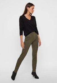 Pieces - PCKLARA MW SLIM PANT BF - Spodnie materiałowe - olive - 1