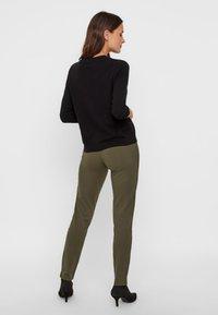 Pieces - PCKLARA MW SLIM PANT BF - Spodnie materiałowe - olive - 2