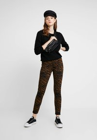 Pieces - Leggingsit - black/brown