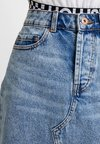 Pieces - PCCAYA RAW EDGE SKIRT - Gonna di jeans - light blue denim