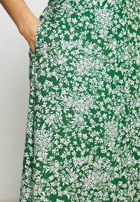 Pieces - PCANGILICA HW MIDI SKIRT - A-line skjørt - verdant green/boho flowers - 4