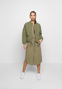 Pieces - PCCECILIE DRESS - Blousejurk - deep lichen green - 1