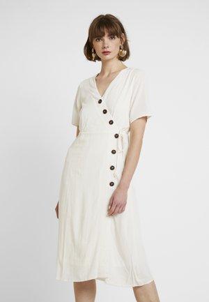 PCEDMIA DRESS - Skjortklänning - almond milk