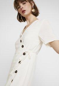 Pieces - PCEDMIA DRESS - Robe chemise - almond milk - 4