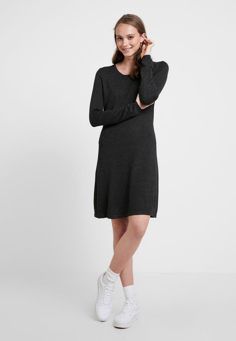 Pieces - Pletené šaty - dark grey melange