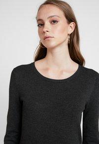Pieces - Pletené šaty - dark grey melange - 5