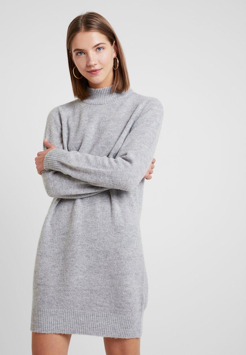 Pieces - PCILYA DRESS - Strikket kjole - light grey melange