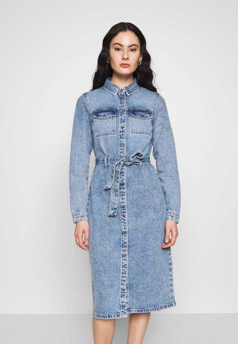 Pieces - SHIRT DRESS - Robe en jean - light blue denim