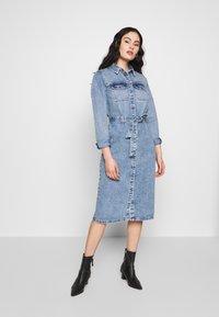 Pieces - SHIRT DRESS - Robe en jean - light blue denim - 1