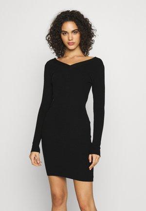 PCNELL V NECK DRESS - Pletené šaty - black