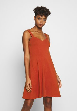 PCANG STRAP DRESS  - Robe en jersey - chili oil