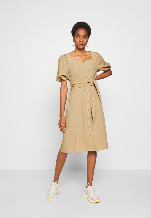 PCROSALI MIDI DRESS - Skjortklänning - warm sand